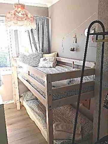 Soverom 2. Køyeseng med 90x200cm madrass. Nederste madrass er på golvet.