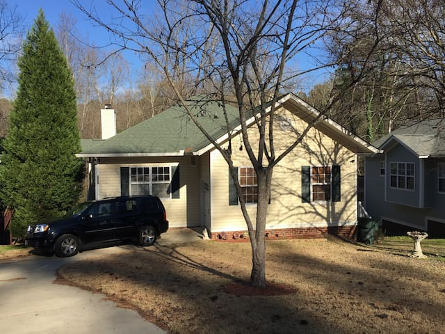 3 beds/3 baths 10 min from downtown Cola. - Columbia
