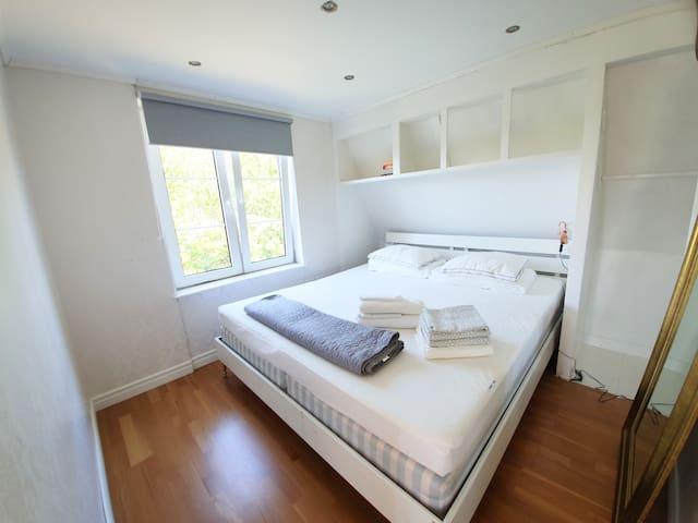 Sovrum på övervåning med Kingsize-säng