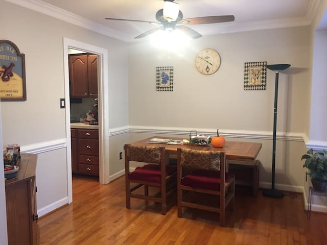 Charming home close to all things! - Raleigh - Townhouse
