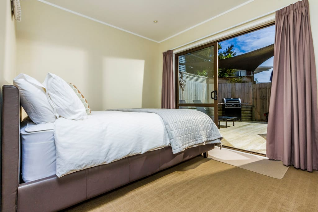 一层连通室外大平台的卧室可容纳2人(双人床)