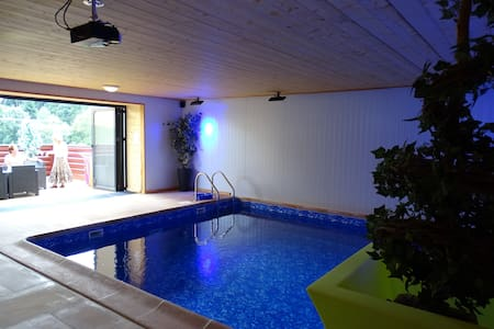 Stone Farmhouse with indoor pool - Saint-Gervais-d'Auvergne - Casa