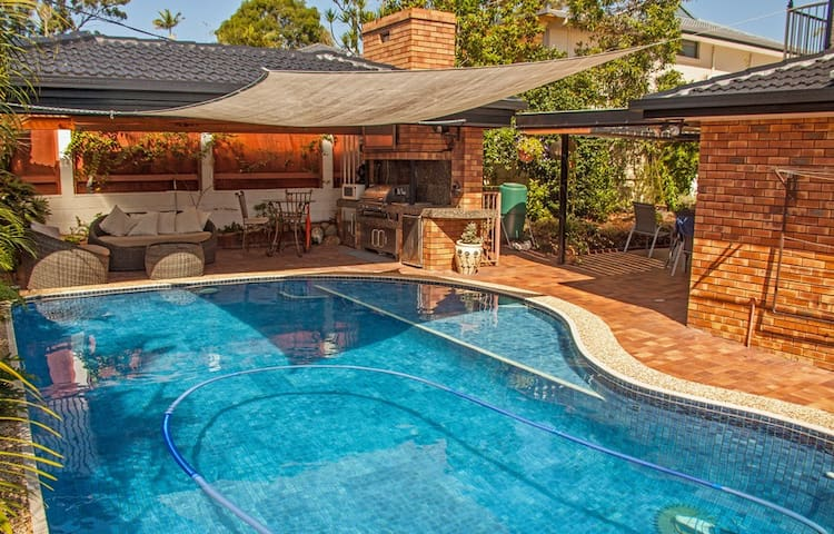 """""""Ashmore Downstairs"""" Central Gold Coast Privacy."""