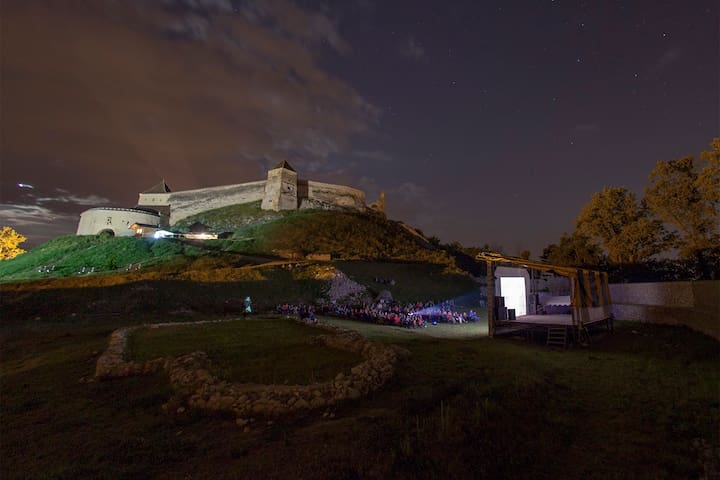 Spend an historical night at the Râșnov Fortress - Râșnov