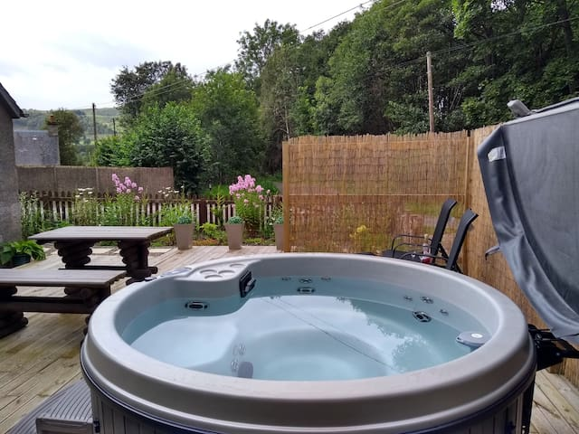 Oshnie Cottage with hot tub