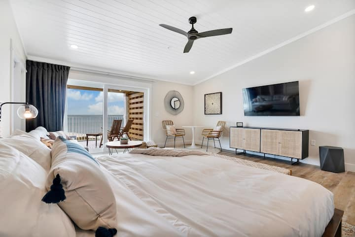 Spacious Oceanfront Retreat - Room 7
