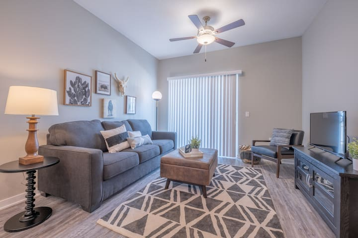 """Weston"" 2BD/2BA Apartment near I-80/I-35"