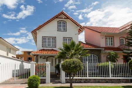 Unique 4BD Hacienda Style Home, Great Location! - Sangolqui - Ev