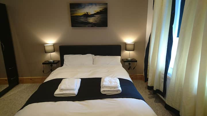 Tippys Modern Double room no2 near beach and shops