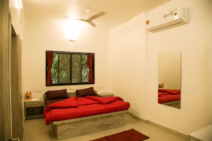 RED Room in 3 BHK Home Near IYENGAR YOGA INST.