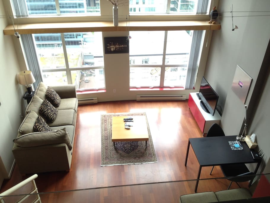 Hardwood floors on bottom level (full carpet on loft level). Brand new Smart TV (July 2016) with cable connection (61 channels and 100 Stingray music channels, HD)