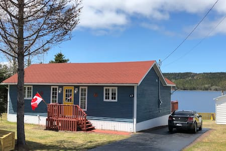 Happy as a Lark Cottage. Ocean view in Loon Bay