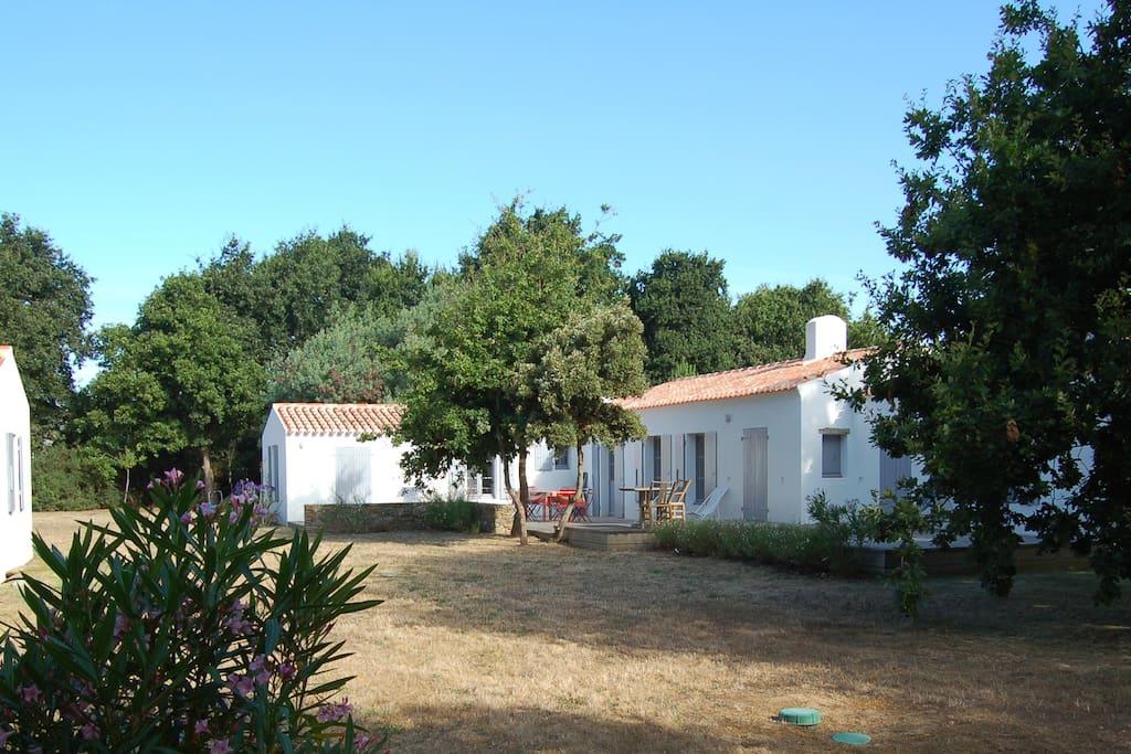 La grande maison et sa terrasse exposée au sud