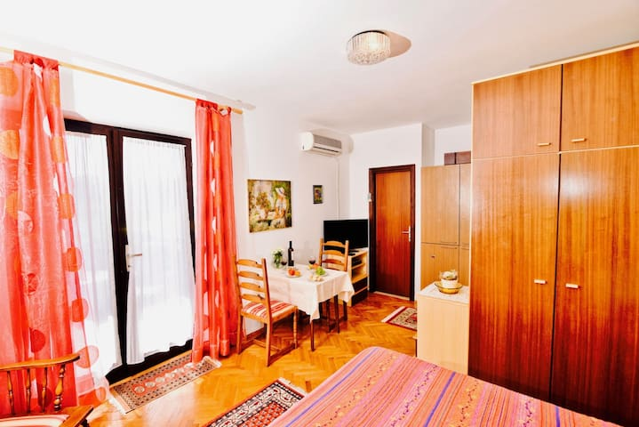 Studio apartment with balcony near beach