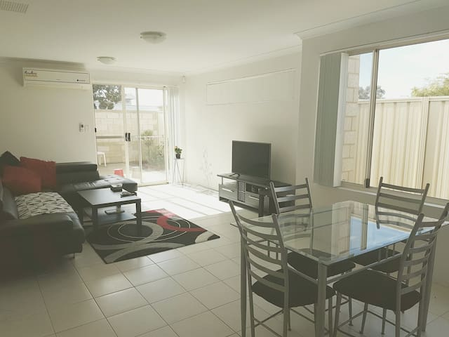 Comfy room near the airport & Perth CBD - Maddington - Appartement