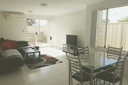 Comfy room near the airport & Perth CBD - Maddington - Apartment