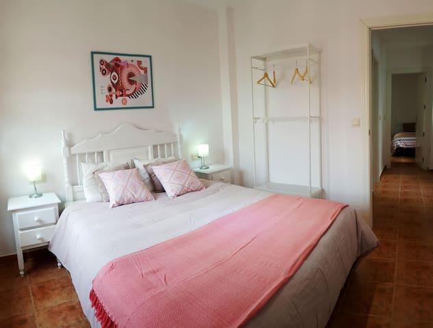 Dormitorio principal con cama de matrimonio de gran tamaño, 150x190 cm.