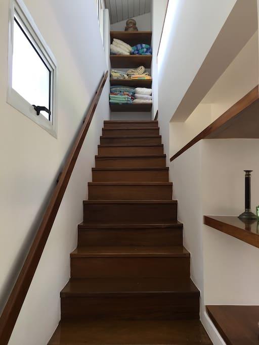escada acesso as suites
