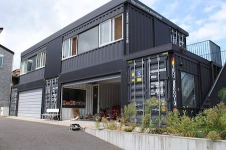 Crazy Container House - Shiroi-shi