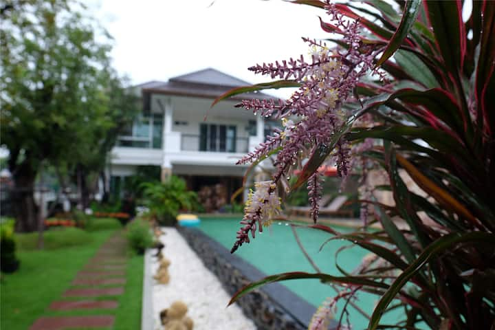 Starry Night Villa with Swimming Pool A building