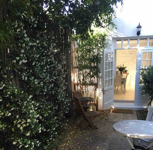Beautiful garden cottage in Vredehoek