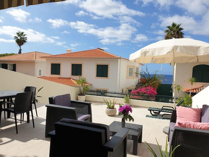 Apartamento T2 com grande terraço vista mar.