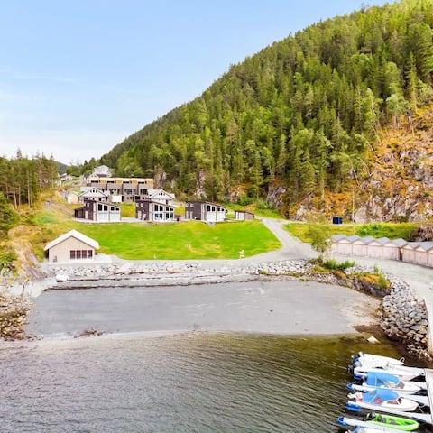 Åsenfjord: Solrik hytte ved strand med utsikt