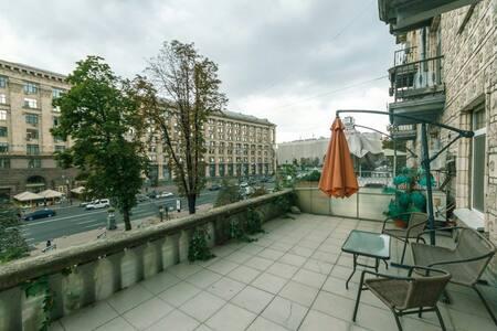 Крещатик 13 с террасой 3 комнаты - киев