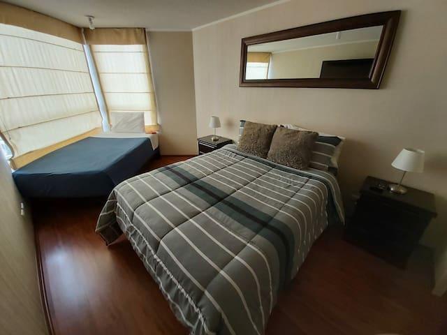 Habitación principal con vista lateral al mar, cuenta con una cómoda cama de 2 plz y una adicional, la habitación tiene un baño propio y walking closet, además TV' moderna con netflix e internet, siempre dejaremos sábanas y toallas adicionales.