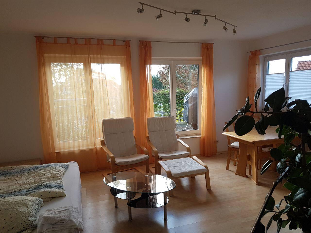 Wohnzimmer mit Balkon in grüner und ruhiger Lage