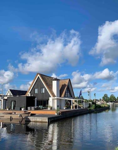 Nieuwe en luxe  5* familie villa aan het water