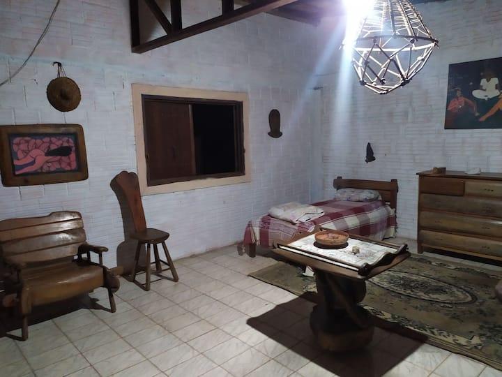1 quarto 2 camas de solteiro e um banheiro.