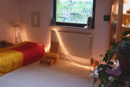 Freundlich und für sich, mit Platz im Garten - Tostedt - Bed & Breakfast