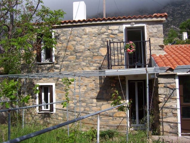 Ikarus House - Traditional stone built maisonette - Agios Panteleimon - Haus