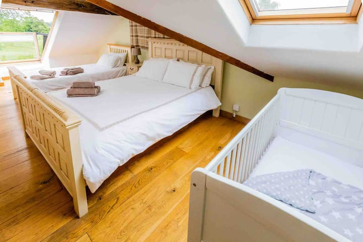 The ensuite master bedroom has a kingsize bed, single bed and full size cot. The velux balcony always impressed guests, showcases the beautiful views.