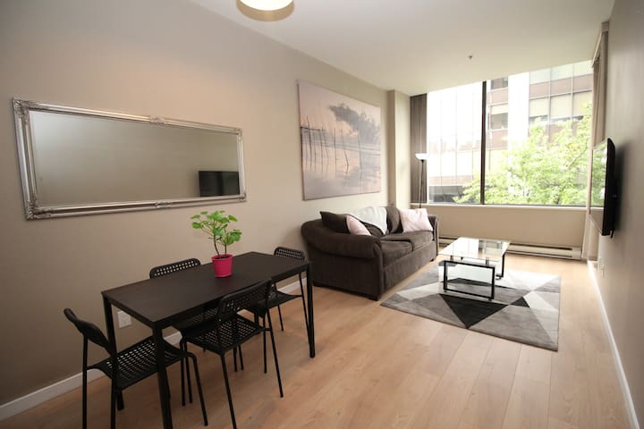 Perfect Comfortable Downtown Location, Sleeps 4!!!