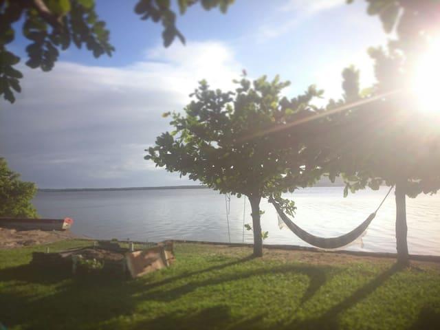 Cabana rústica na beira da lagoa da Conceição.