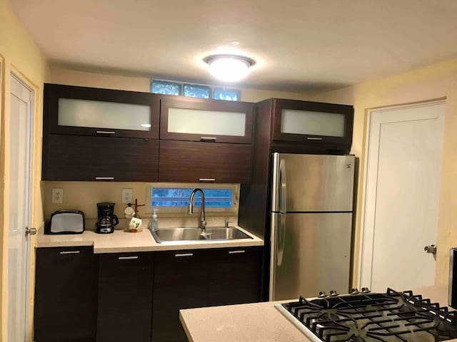 Newly refurbished house/appliances/AC in bedrooms