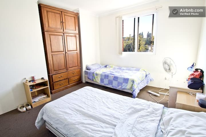 TWIN SHARED ROOM FOR ONE MALE NEAR UTS AND USYD