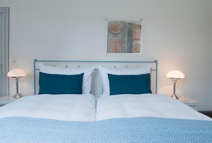 Villa Sommerach (Sommerach), Blaues Doppelzimmer (18qm) mit Fernseher