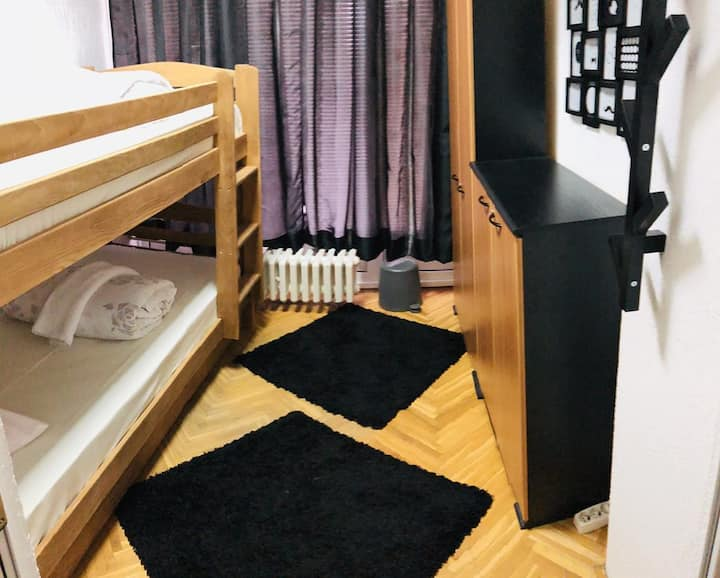 Private Room for 2, Parking, WiFi, Airport at 15€