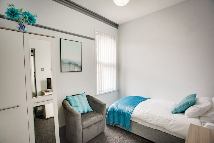 Quality Serviced Accommodation - Turquoise Suite