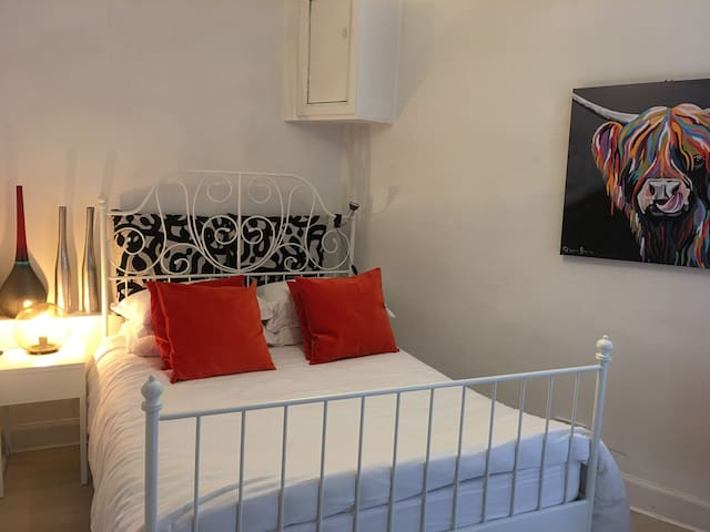 CENTRAL/WEST END, DOUBLE ROOM, PRIVATE SHOWER