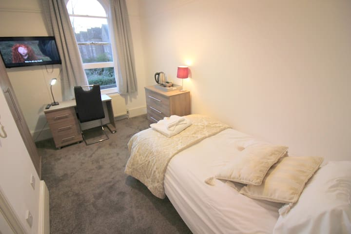 Smart TV* Ensuite Bathroom *FREE WIFI*Full kitchen