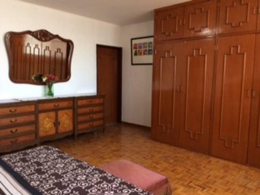amplia habitación y baño privado