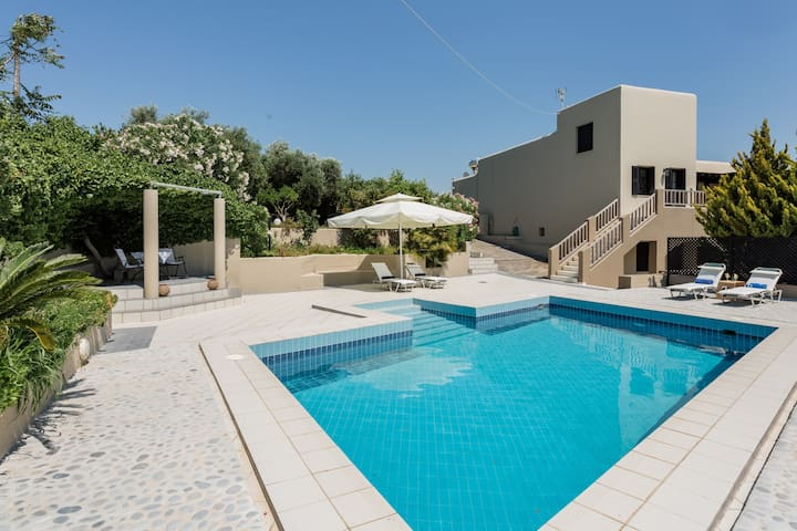 KNOSSOS PALACE LUXE VILLA W/ SWIMMING POOL