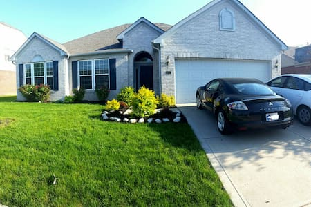 Spacious 4BD, 6 Miles from Downtown - Indianapolis - Ház