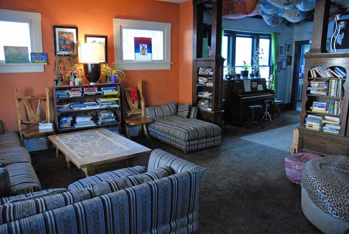 16+ Beds Two Stories and Best Location in Town! - Glenwood Springs - Asrama