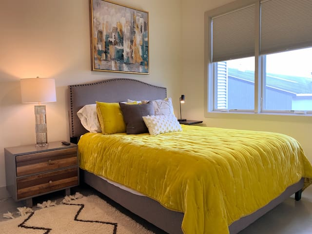 Modern Music City Condo 8 mins from Downtown.