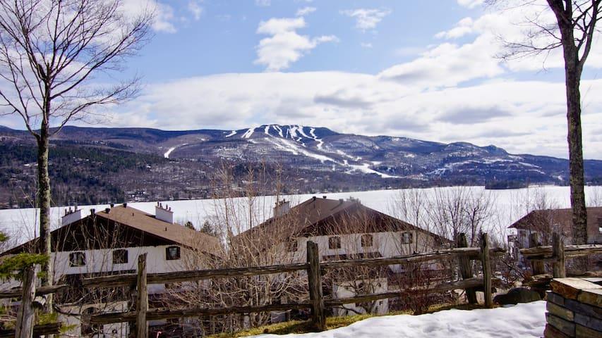 View of the mountain taken outside during wintertime.  Vue de la montagne prise à l'extérieur en hiver.